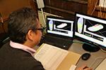 送られた足のデータに基づいて、オーダーメイドインソールを設計・製造